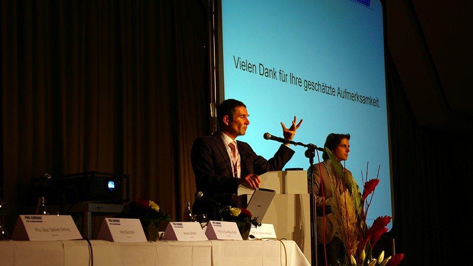 Prof. Dr. Volker Großkopf bei der Verabschiedung der Besucher.
