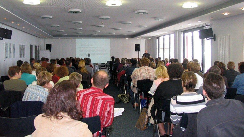 Konzentriert verfolgen die Teilnehmerinnen und Teilnehmer des 6. Symposiums die betreuungsrechtlichen Ausführungen von Rechtsanwalt Hubert Klein.