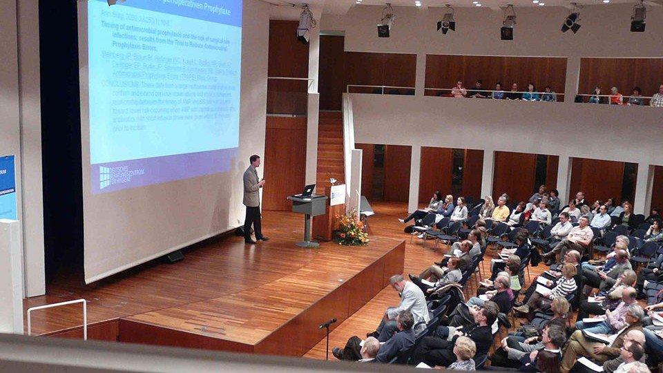 PD Dr. Schulz-Stübner vom BZH bei seinem Vortrag zur neuen CDC-Richtlinie zur Prävention Katheter-assoziierter Infektionen.