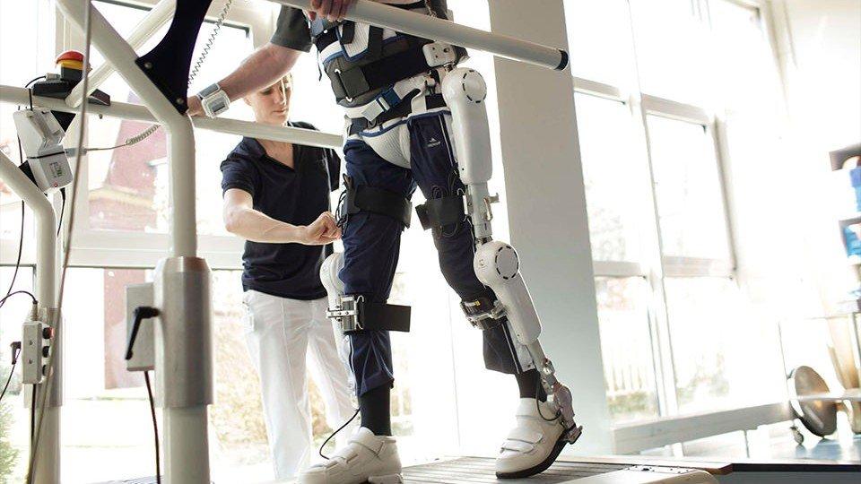 Bewegungstraining mit dem Roboteranzug HAL