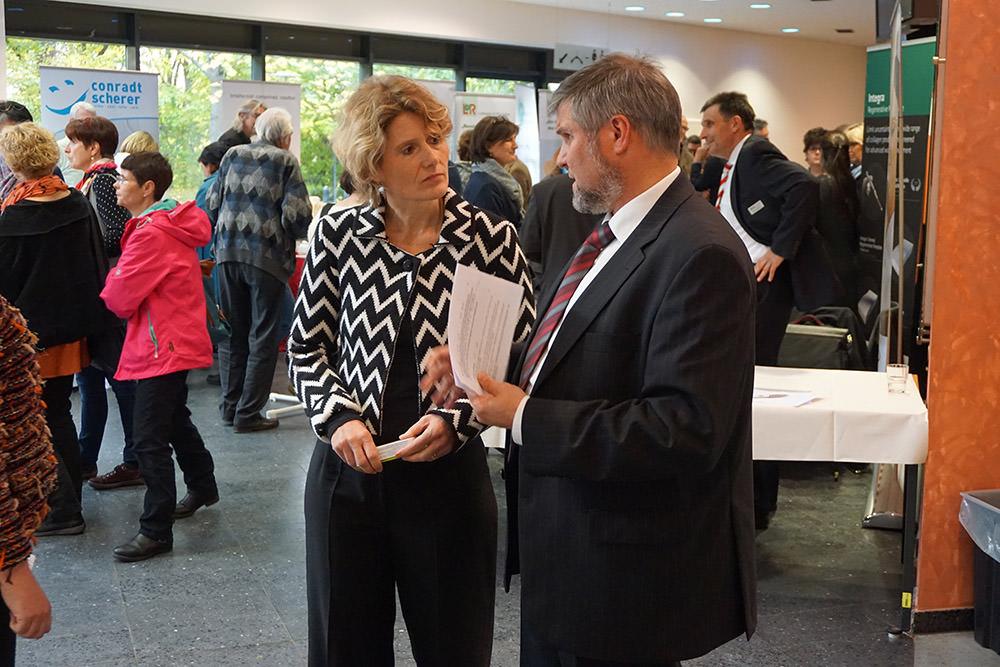 Wirtschaftsministerin Eveline Lemke im Gespräch mit Uwe Imkamp, einem der Mitorganisatoren des Wundnetzes RLP.