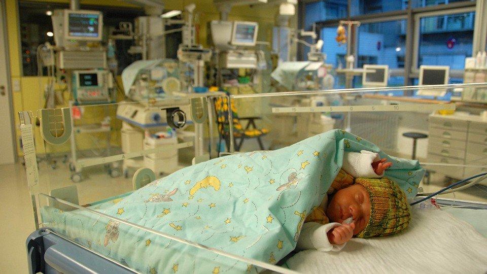 Frühgeborenes im Wärmebett