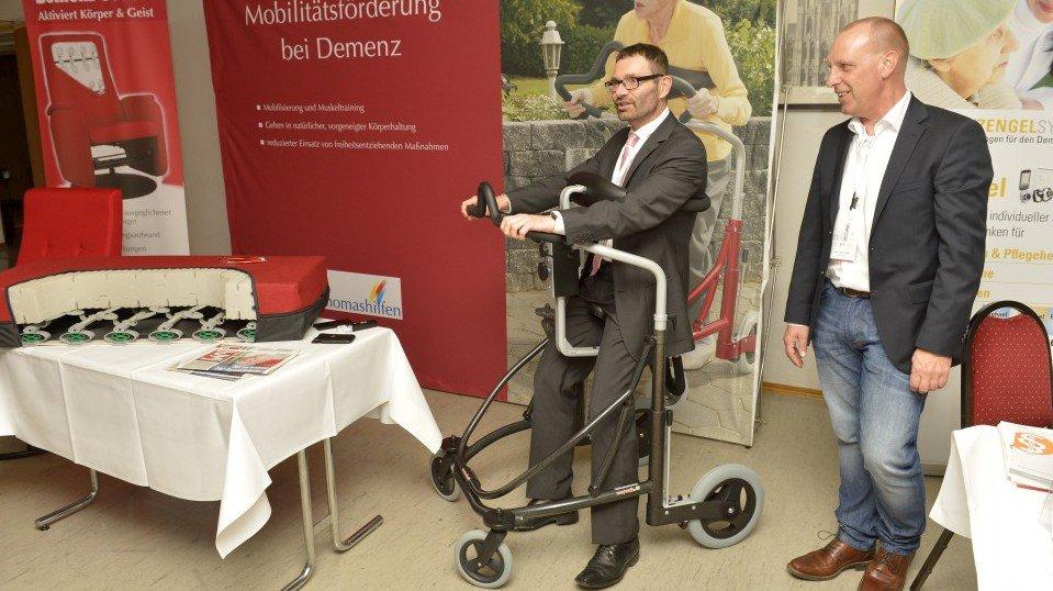 Auch der Initiator des JHC, Prof. Dr. Volker Großkopf, ließ es sich nicht nehmen, auf der begleitenden Fachausstellung neueste Hilfsmittel zur Mobilitätsförderung bei Demenz auszuprobieren.