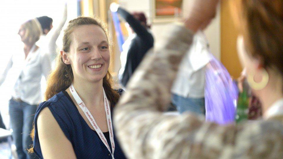 Ronja White (li.) rückte in einem Workshop den Tanz von und mit Menschen mit Demenz in den Vordergrund.