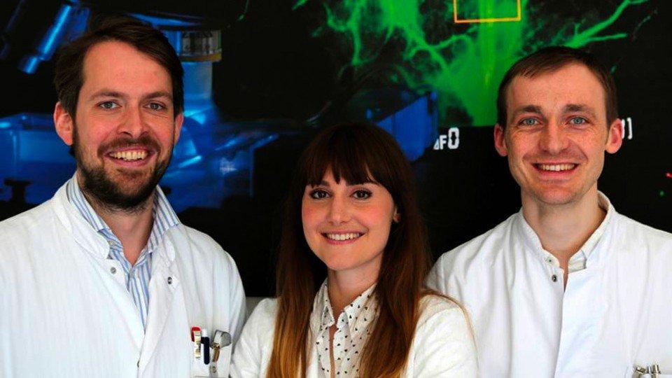 V.l.: Priv.-Doz. Dr. Ole Goertz, Maria Voigt und Leon von der Lohe arbeiten dran wie man die Wundheilung beschleunigen kann