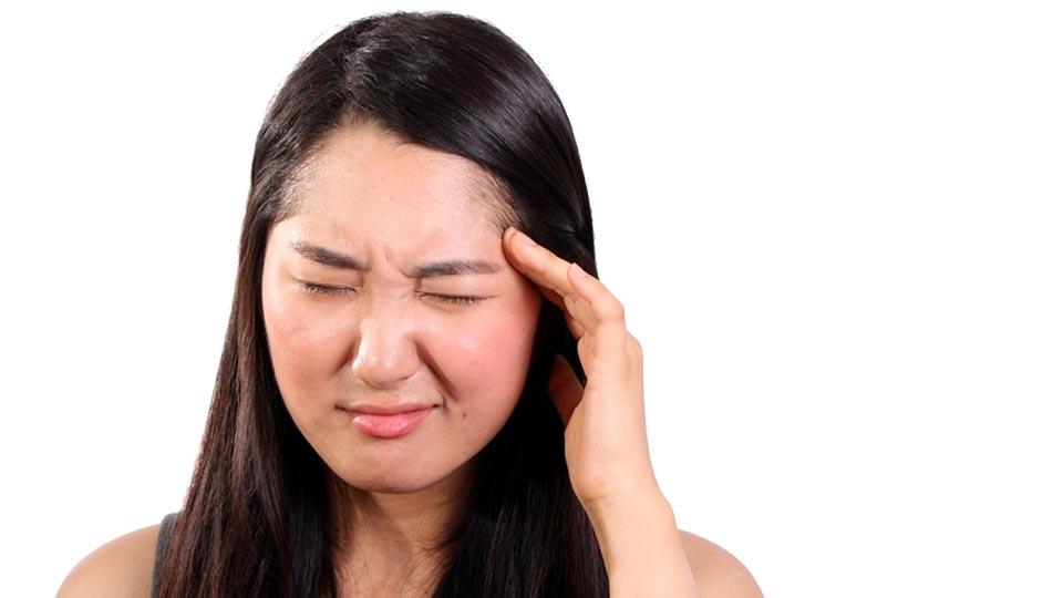Frau mit Kopfschmerzen.