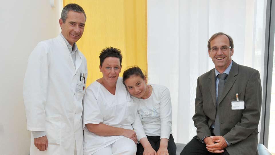 Marcus Lehnhardt und Kollegen zusammen mit der jungen Patientin