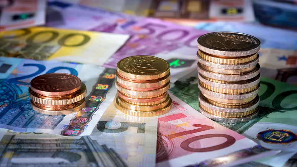 Betrug im großen Stil: Vor dem Landgericht Augsburg müssen sich ab sofort fünf Personen wegen gewerbs- und bandenmäßigem Betrugs in der ambulanten Pflege verantworten.