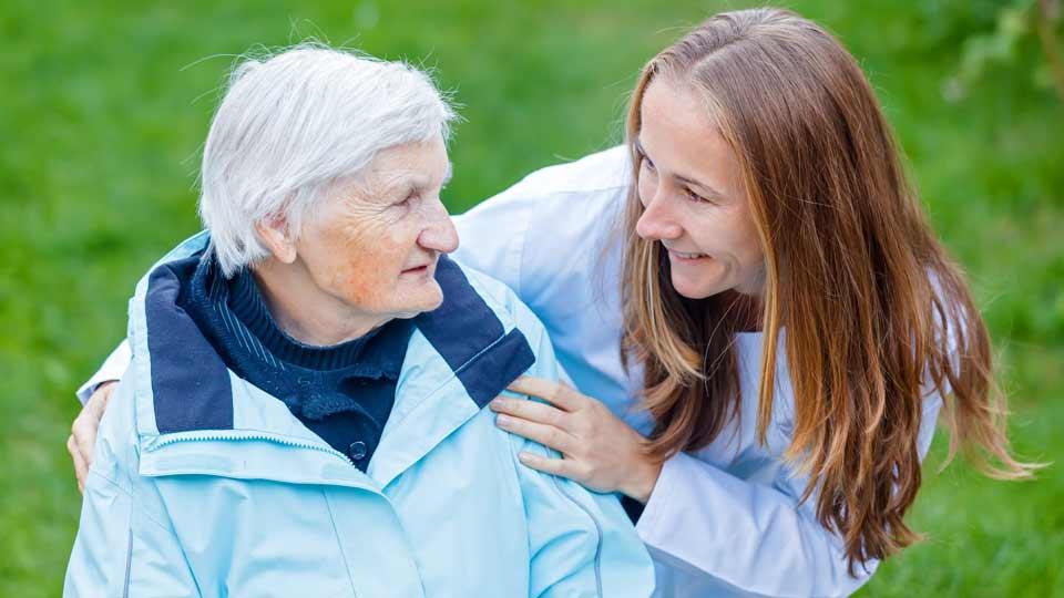 """Die Initiative Gesundheit und Arbeit (iga) hat den neuen Ratgeber """"Beruf und Pflegeverantwortung"""" für pflegende Angehörige und Unternehmen entwickelt."""
