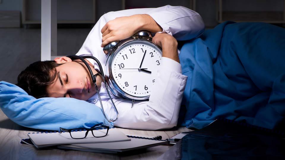 Etwa 17 Millionen Menschen in Deutschland arbeiten in Schichtarbeit, davon rund 3,5 Millionen in regelmäßiger Nachtarbeit.