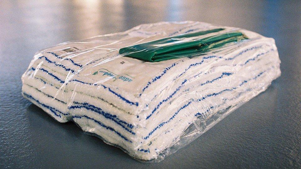 Durch die Reinigung mit Wischbezügen und Putztüchern, die nur mangelhaft hygienisch aufbereitet sind, werden gefährliche Keime auf Oberflächen und Böden in Gesundheitseinrichtungen aufgetragen.