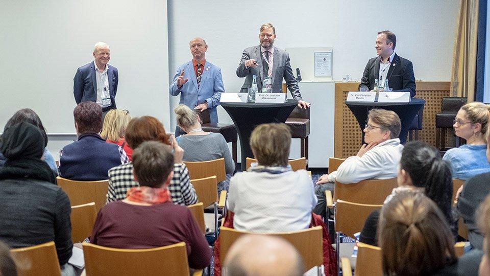 (v.l.n.r.): Dr. Karl-Christian Münter (Facharzt für Allgemeinmedizin/Phlebologie), Werner Sellmer (Fachapotheker für klinische Pharmazie), Christof Fischöder (Moderator), Björn Jäger (Pflegetherapeut Wunde ICW, Vorstandsmitglied und Pressesprecher Initiative chronische Wunden e.V.).