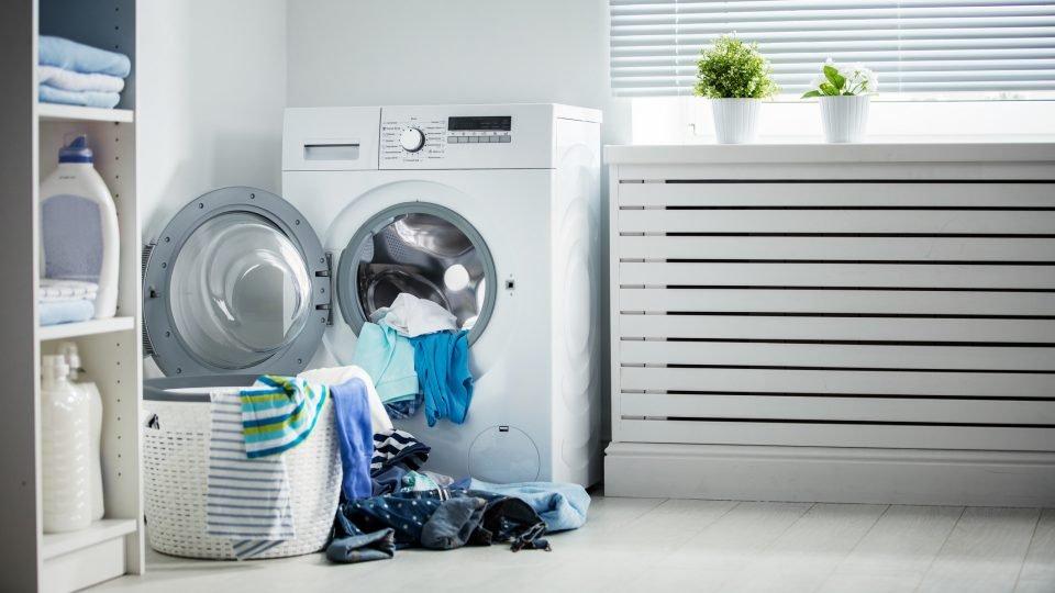 Die potenziell kontaminierte Berufskleidung kann zum Infektionsherd für empfindliche Personen zuhause werden.