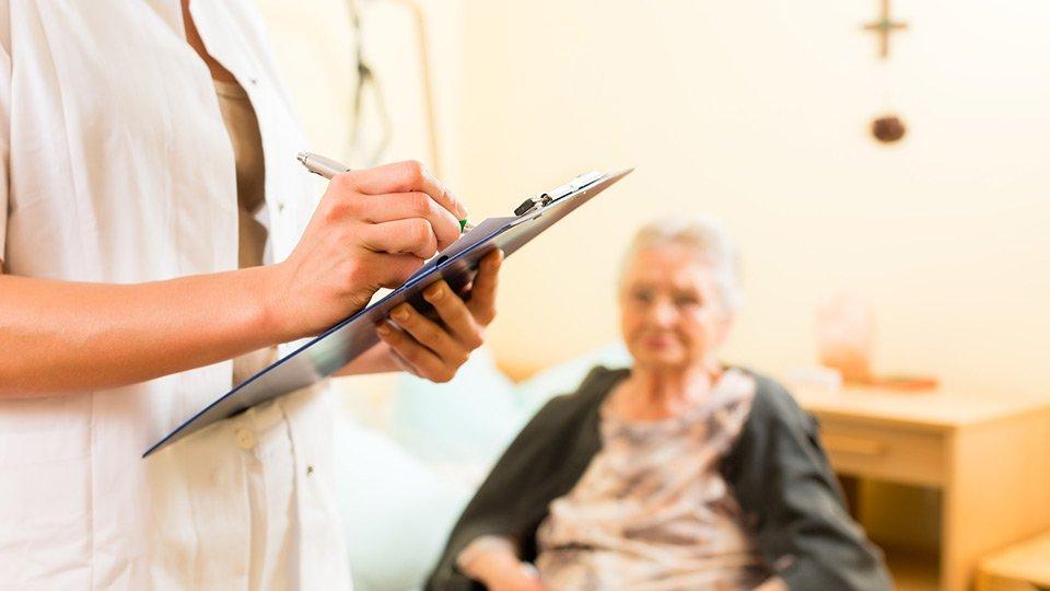 Die Dokumentation von tatsächlich nicht erbrachter Pflegeleistungen kann als Abrechnungs- und Arbeitszeitbetrug sowie als Urkundenfälschung gewertet werden.