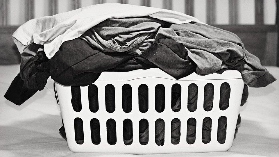 Wer die potenziell kontaminierte Berufskleidung zu Hause wäscht, bringt Krankenhauskeime leicht in das eigene familiäre Umfeld.