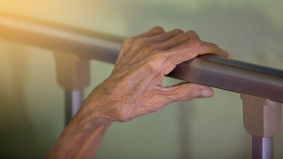 Hand eines Patienten am Bettgitter. (Symbolbild)