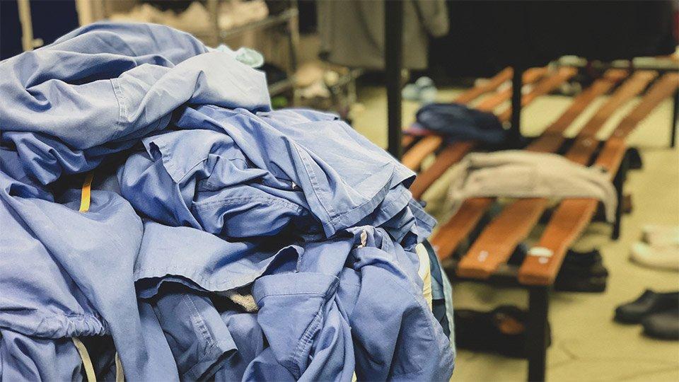Um Infektionserreger effektiv auf der Arbeitskleidung in Gesundheitsberufen zu bekämpfen, muss die sie professionell aufbereitet und sollte nicht zuhause gewaschen werden.