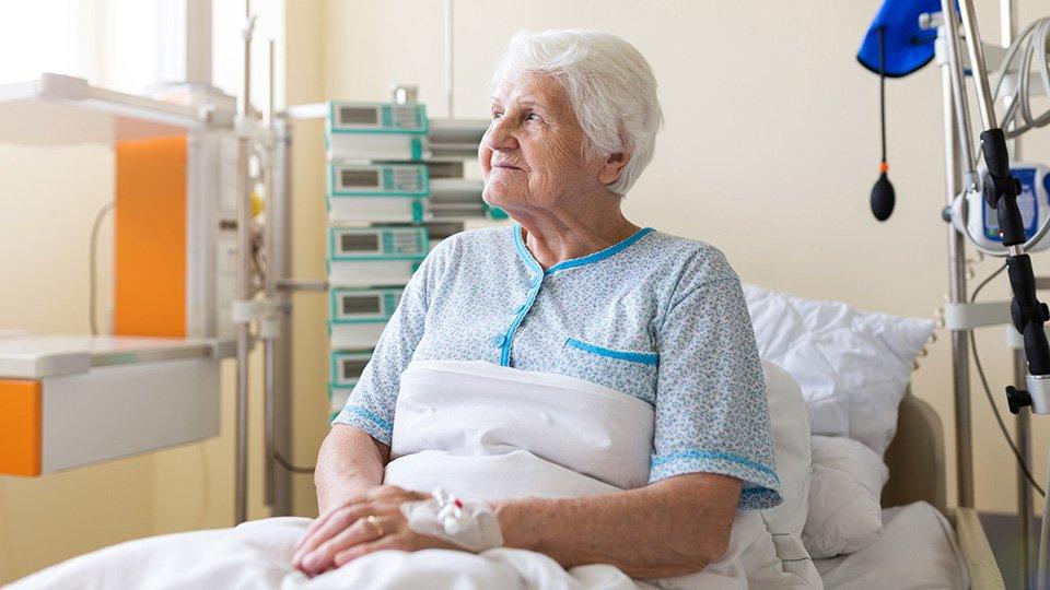 Am Bewohnerbett ereignen sich häufig Stürze. Zur Sturzprophylaxe werden oft Seitensicherungen angebracht.