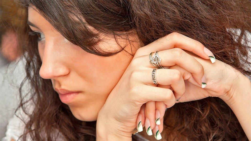 Pflegenden kann das Tragen von langen, künstlichen oder lackierten Finger- oder Gelnägeln untersagt werden.