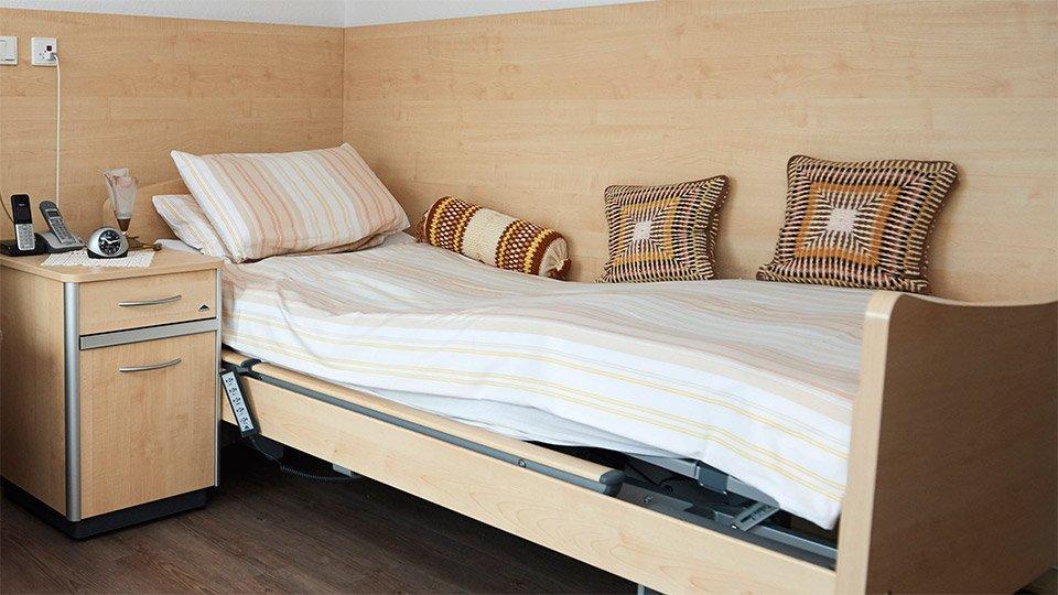 Das Pflegebett als Wohlfühl-Zone: Gerade für Menschen, die bettlägerig sind, wird das Bett zu einem Zuhause, in dem sie sich wohlfühlen möchten. Dazu ist es auch anderem wichtig, dass die Technik hinter der Bettverkleidung verschwindet.