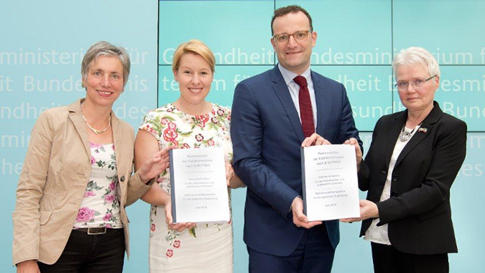 Übergabe der Rahmenlehrpläne für die neuen Pflegeausbildungen.