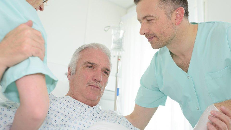 Bei Patienten mit Risiko für einen Dekubitus sind besondere pflegerische Maßnahmen notwendig.