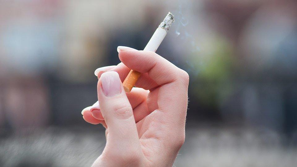 Eine häufig vorkommende Streitfrage: Werden Raucherpausen vergütet oder dürfen sie vom Gehalt abgezogen werden?