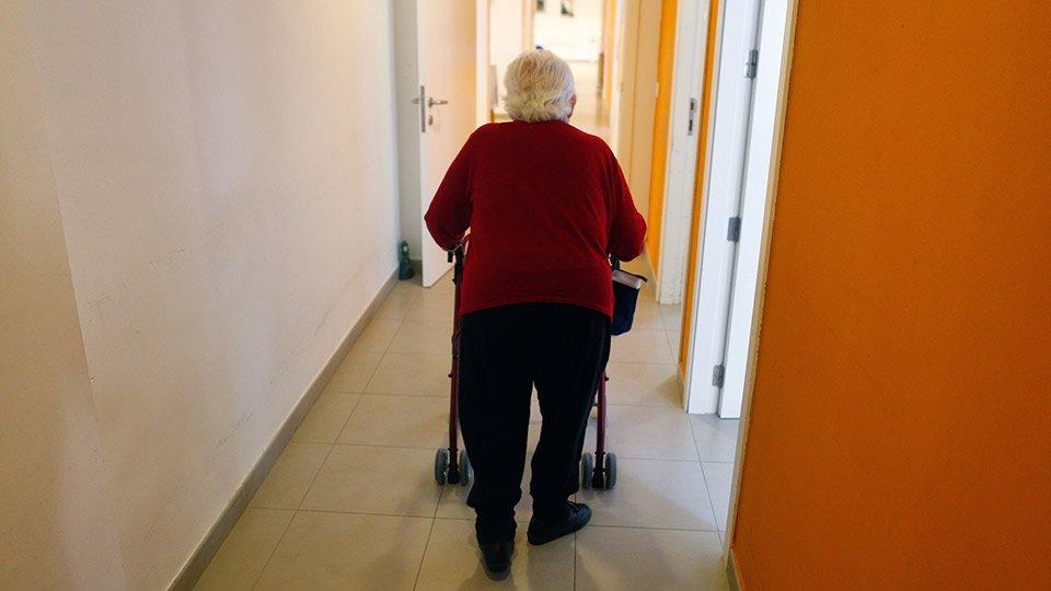 Ein Bewohner eines Seniorenheims entflieht nachts unbemerkt. Auf die Notrufsignale erfolgt keine Reaktion. Ist eine Kündigung des Nachtdienstmitarbeiters gerechtfertig?