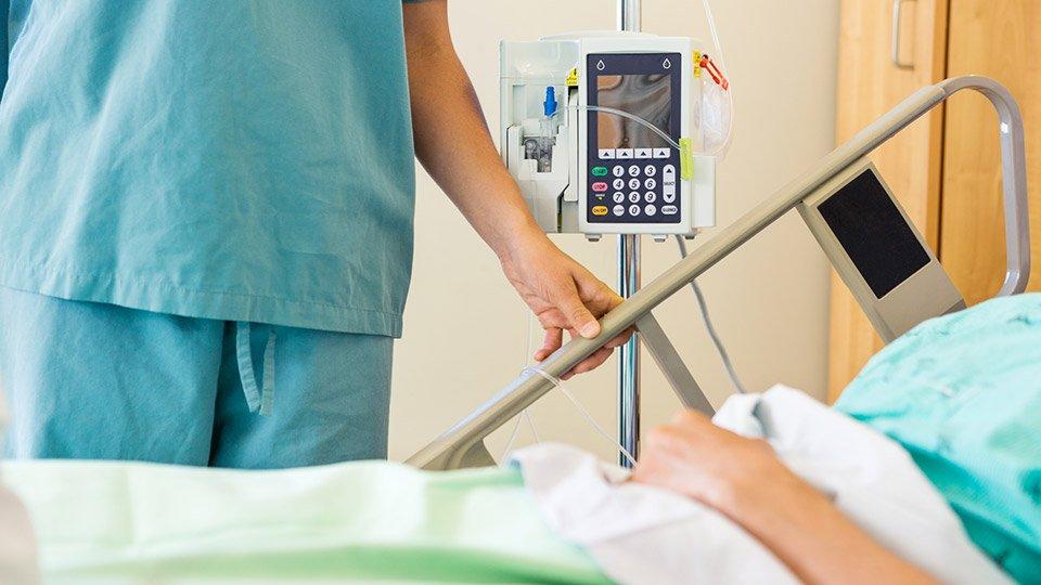 Aufgrund des täglichen, nahen Patientenkontakts besteht immer die Gefahr, dass sich gefährliche Keime an die Berufskleidung haften. Der Wechselrhythmus der Berfuskleidung sollte daher unbedingt einhalten werden.