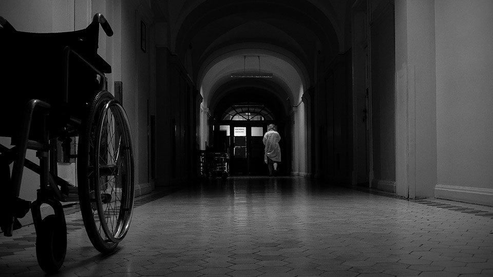 """Passend zu Halloween: Während der Nachtschicht widerfährt den Fachkräften im Gesundheitswesen durchaus mal der ein oder andere """"gruselige"""" Moment."""