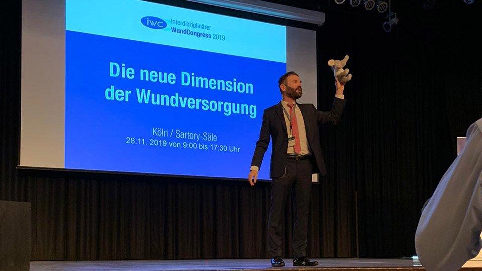 Prof. Dr. Volker Großkopf, Kongresspräsident und Veranstalter des 12. Interdisziplinären WundCongress in Köln, hieß die Teilnehmer des IWC herzlich Wilkommen.