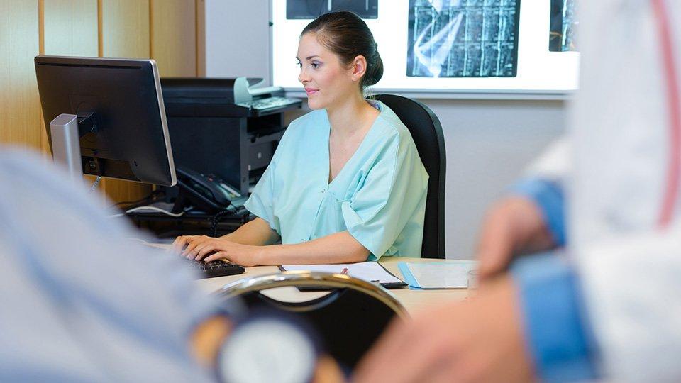 Ob eine gelernte Pflegekraft Pflichtmitglied in einer Pflegekammer ist, hängt davon ab, ob sie in ihrer Tätigkeit auf Kenntnisse und Fähigkeiten aus ihrer Ausbildung zurückgreifen kann.