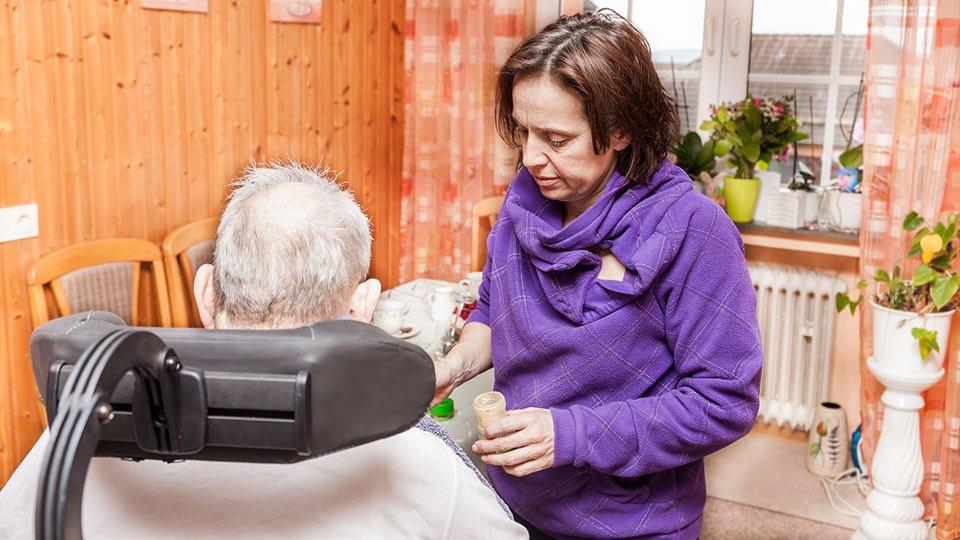 Kommt jemand in die Situation, einen nahen Angehörigen pflegen zu müssen, so erlaubt das Pflegezeitgesetz eine Freistellung von der Arbeit im Rahmen der kurzzeitigen Arbeitsverhinderung oder der Pflegezeit.