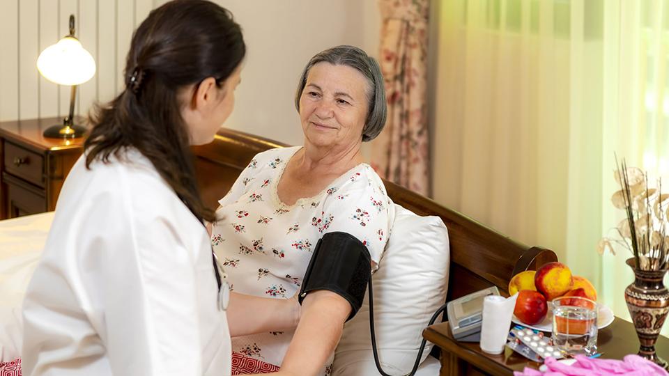 Pflegerin und Bewohnerin