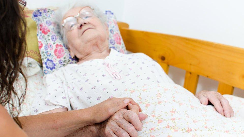 Beistand durch Angehörige und nahestehende Menschen soll für sterbende und schwerstkranke Menschen auch in Zeiten von COVID-19 möglich sein.