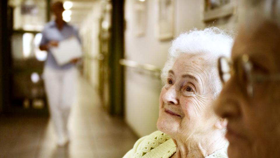 Insbesondere kontaminierte Dienstkleidung in Alten- und Pflegeheimen stellt ein massives gesundheitliches Risiko für Bewohner, Angehörige und Mitarbeiter dar.