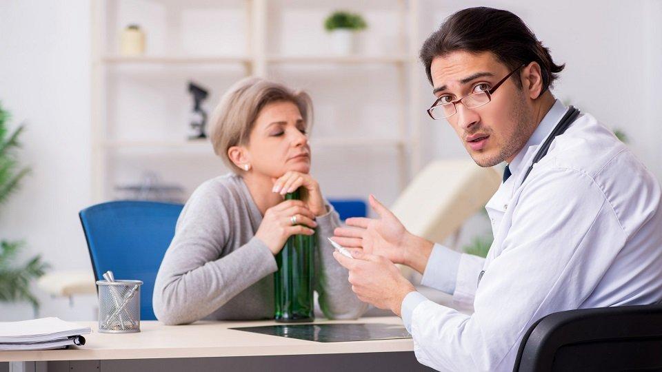 Für den Umgang mit alkoholisierten Patienten gibt es Empfehlungen und gesetzliche Regelungen.