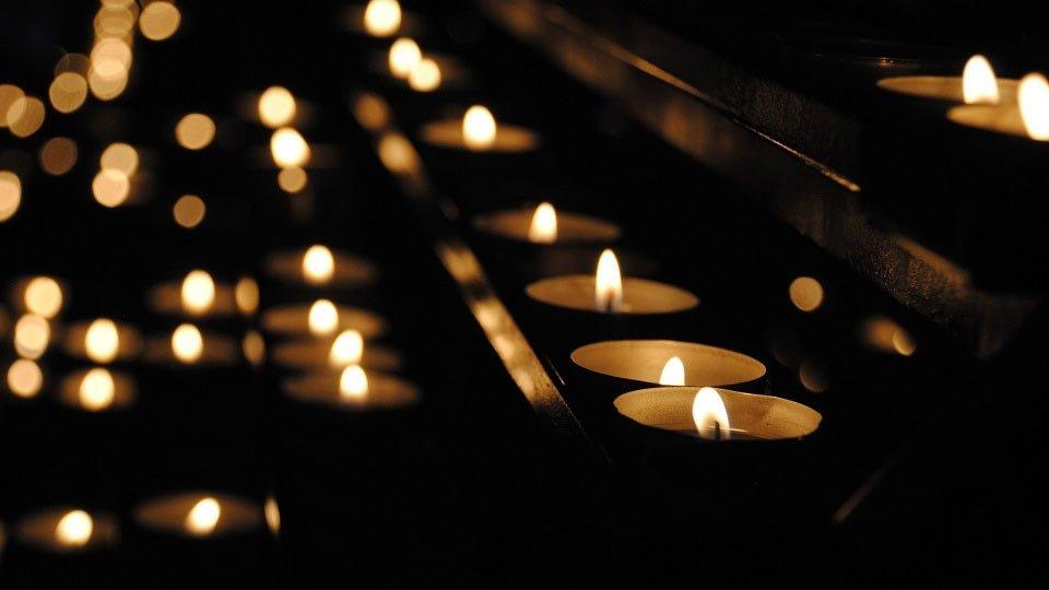 """Um Beschäftigten aus Medizin und Pflege zu gedenken, die an COVID-19 verstorben sind, haben die Intitiatoren des Pflegepodcasts """"Übergabe"""" eine Kondolenzseite ins Leben gerufen."""