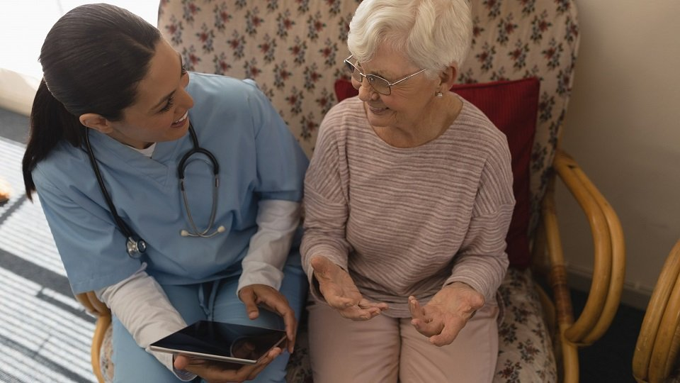 Die hessische Landesregierung stellt den stationären Pflege‑, Alten- und Behinderteneinrichtungen insgesamt 10.000 Tablets zur Verfügung.