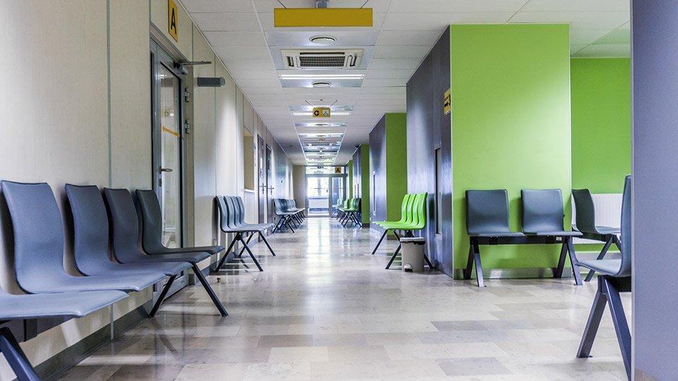Wartebereich mit Sitzbankreihen in einem Krankenhaus. (Symbolbild)