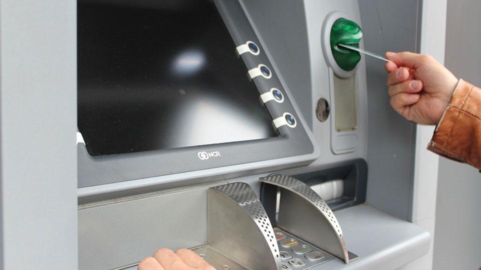 Betrug am Geldautomaten: Neusser Krankenschwester bringt Demenzkranken um seine Ersparnisse