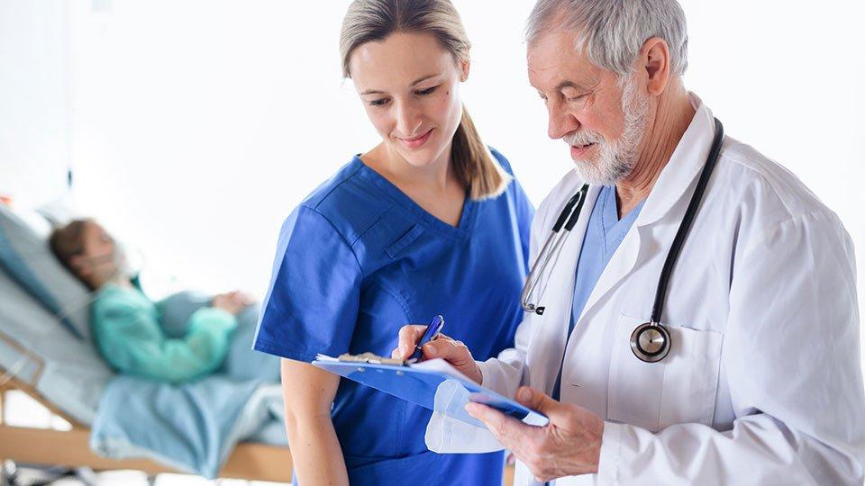 Die Übernahme heilkundlicher Tätigkeiten von Pflegefachpersonal steht seit Langem zur Debatte und rückt durch die Corona-Krise abermals in den Fokus gesundheitspolitischer Diskussionen.