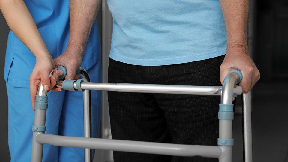 Ein 61-jähriger Altenpfleger muss sich einem Verfahren wegen Verstoßes gegen das Infektionsschutzgesetz stellen.