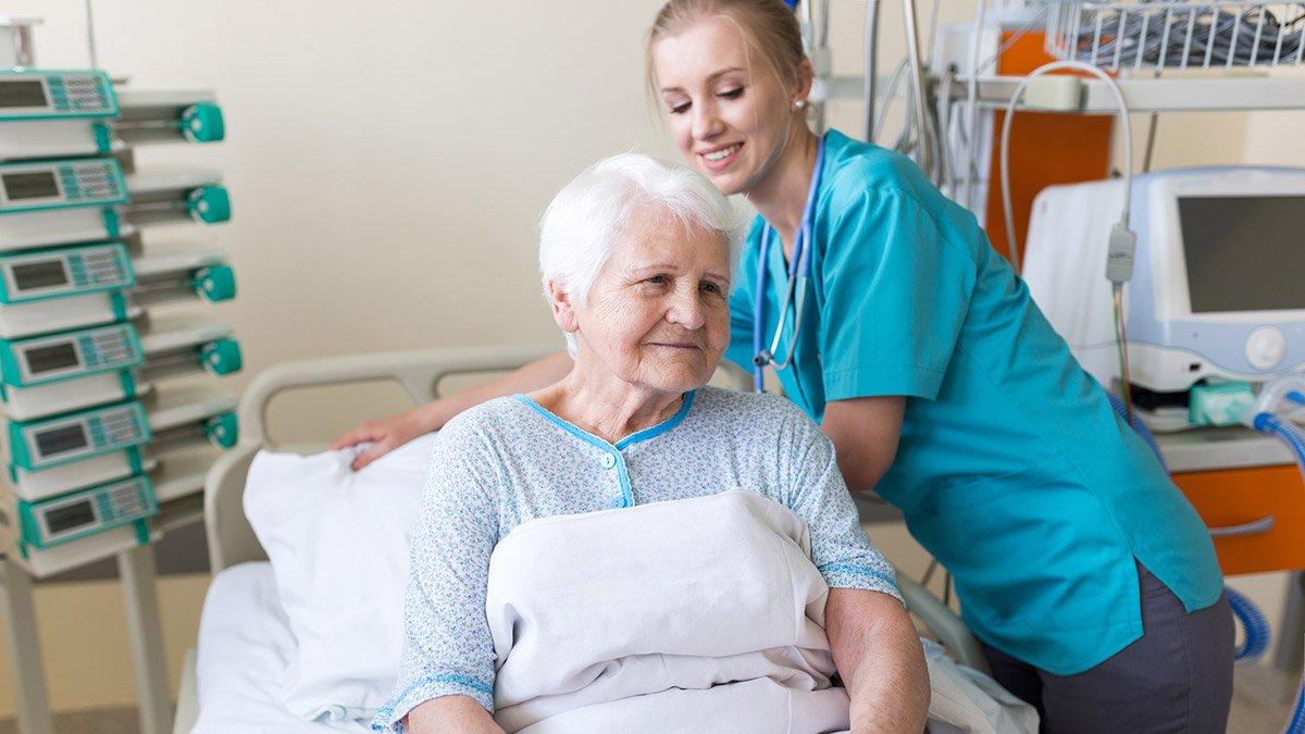 Versorgung einer Patientin im Krankenhaus. (Symbolbild)